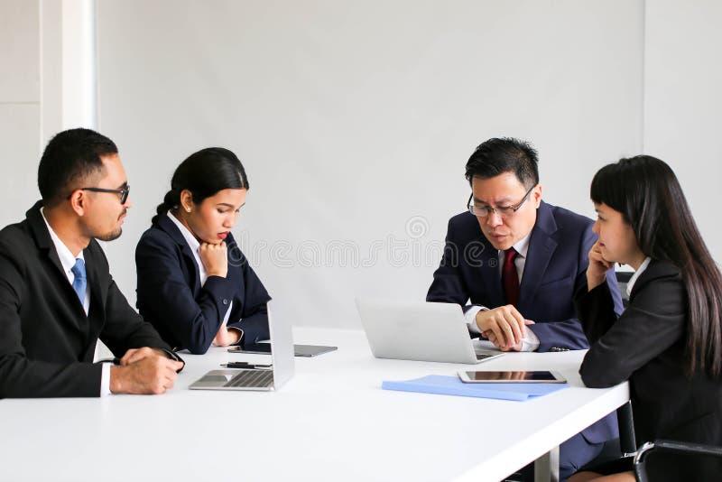 恼怒的不满意的资深商人会见Communicatio的亚洲 库存照片