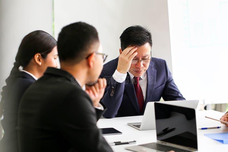 恼怒的不满意的资深商人会见Communicatio的亚洲 免版税图库摄影