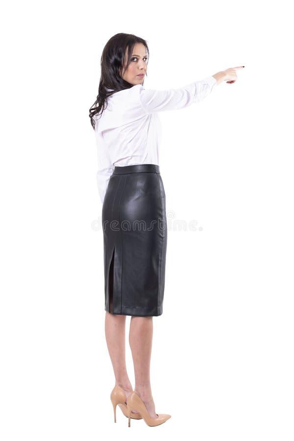恼怒的严肃的严密的权威的老师或女商人上司与得到失去的手指姿态 免版税图库摄影