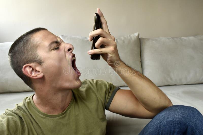 恼怒的人叫喊在电话 免版税库存照片