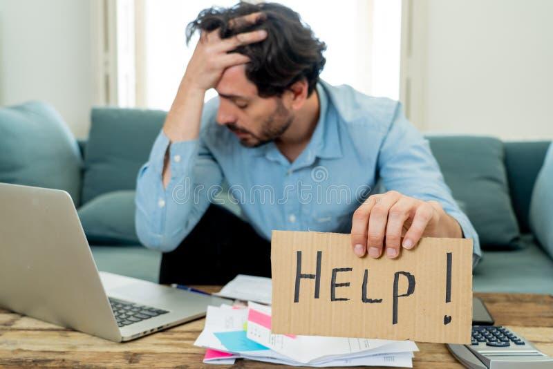 恼怒的作为在家的人付帐与膝上型计算机和计算器 免版税库存图片