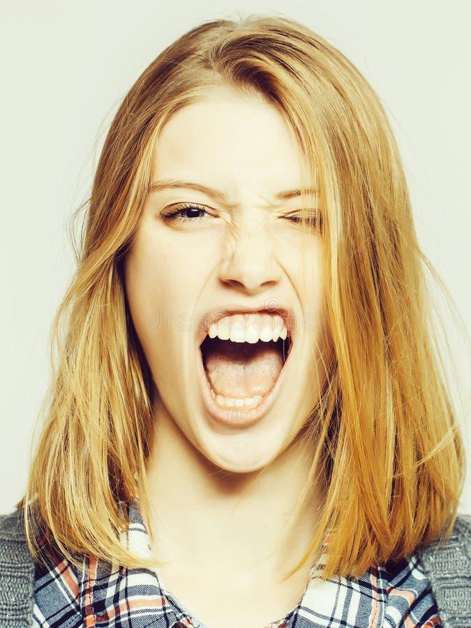 恼怒的俏丽的女孩鬼脸 免版税图库摄影
