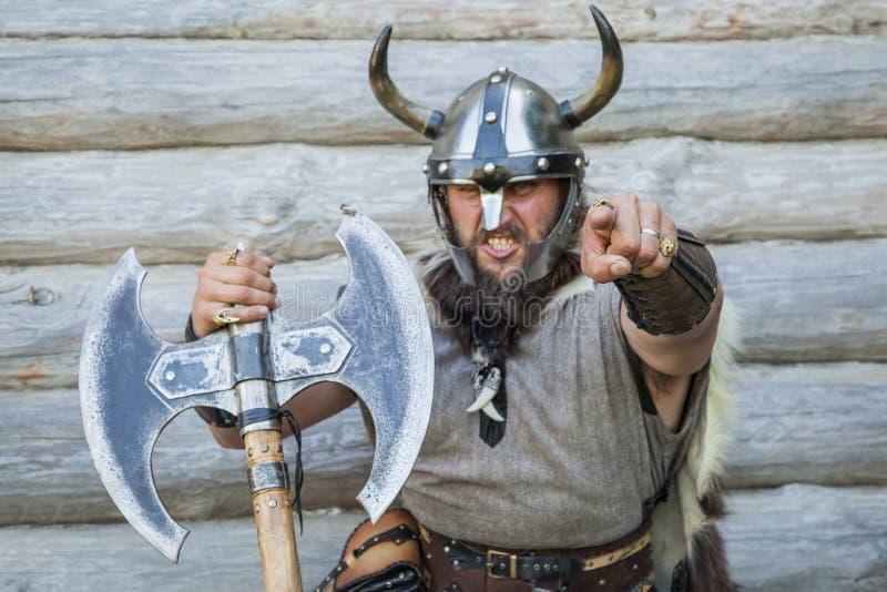 恼怒的北欧海盗的画象 免版税库存图片