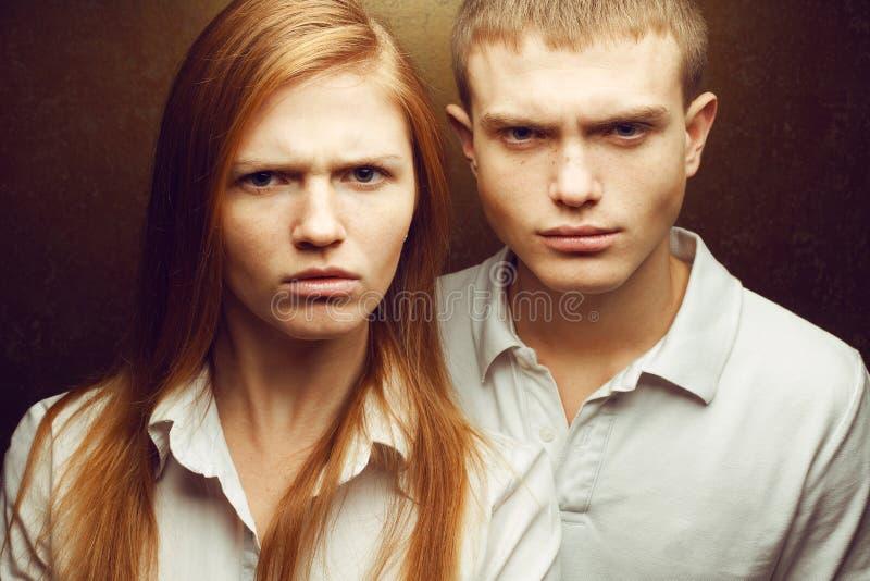 恼怒的华美的红发时尚感情画象孪生 免版税库存照片