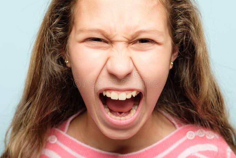 恼怒的发怒被激怒的女孩尖叫的情感 免版税库存图片