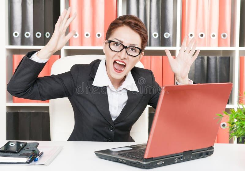 恼怒的叫喊的女商人 免版税库存照片