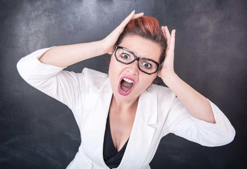 恼怒的叫喊的妇女 免版税库存图片