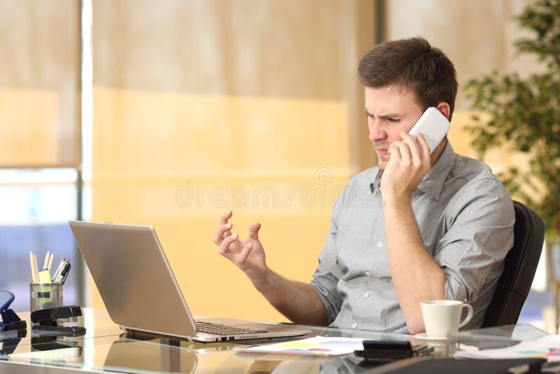 恼怒的商人争论在电话 免版税库存图片