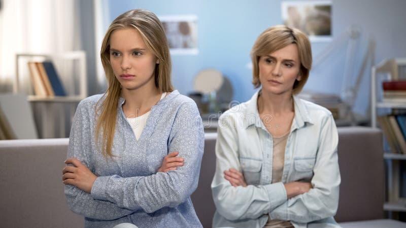 恼怒的女小学生争吵与责骂母亲家,联系困难 库存图片