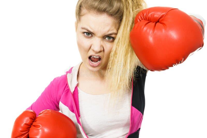 恼怒的妇女佩带的拳击手套 图库摄影
