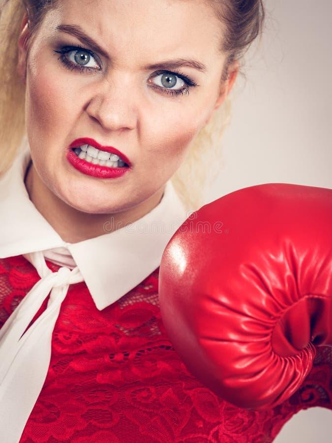 恼怒的妇女佩带的拳击手套 免版税库存图片
