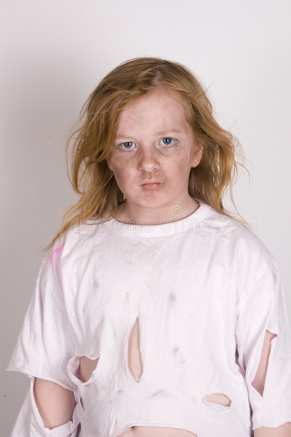 恼怒的无家可归的孩子 免版税库存照片