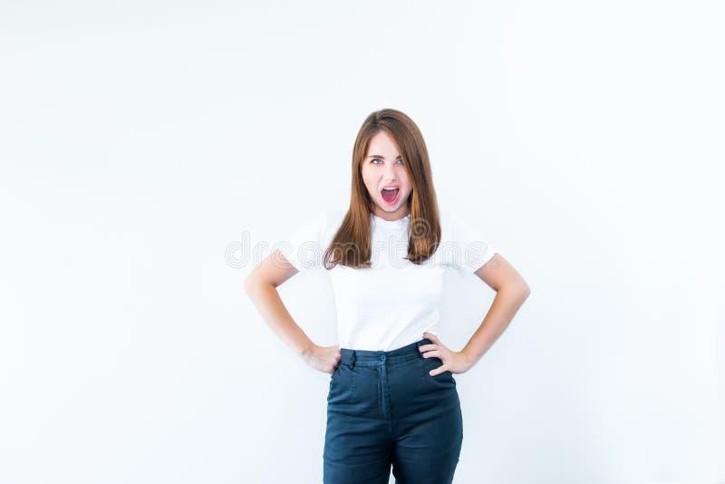 恼怒的沉思疯狂的尖叫重音美丽的年轻白种人的妇女画象看照相机和隔绝在白色backg 免版税库存图片