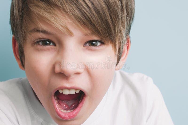 恼怒的男孩尖叫 情感概念 免版税库存照片