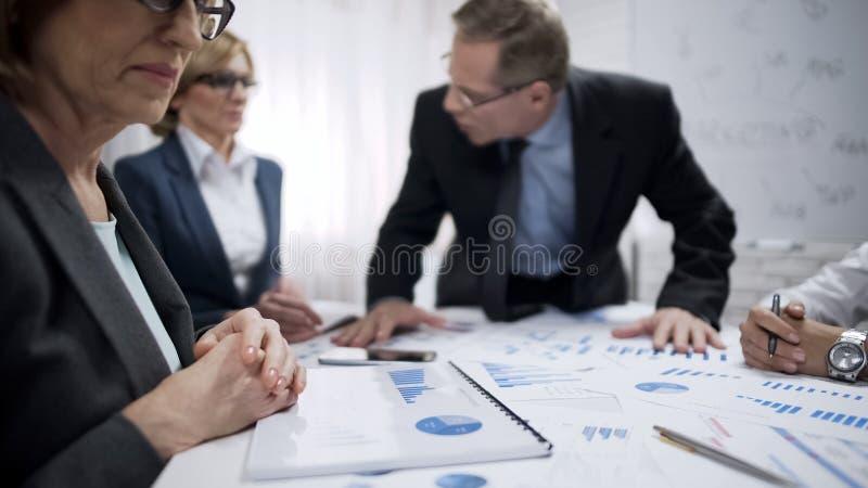 恼怒的男性上司尖叫对他的下级,不满意对工作,重音 库存照片