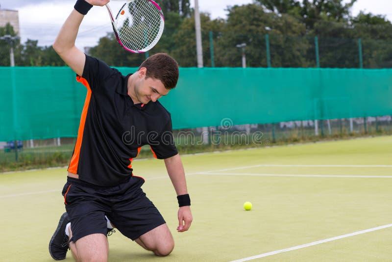 恼怒的男性网球员打破球拍由于 免版税库存照片