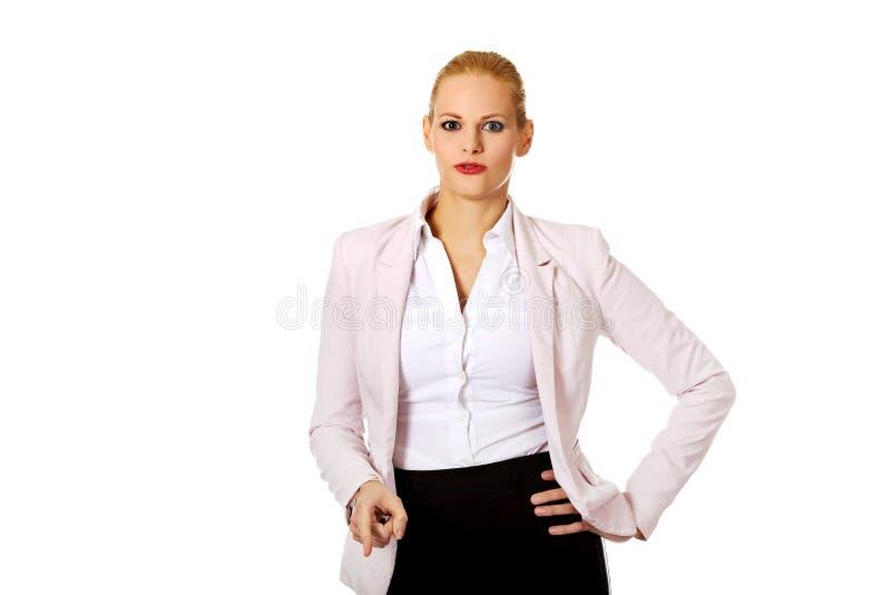 恼怒的白肤金发的典雅的女商人 库存照片