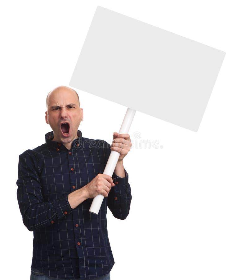 恼怒的秃头人举行在棍子的一张空白的招贴 免版税库存图片