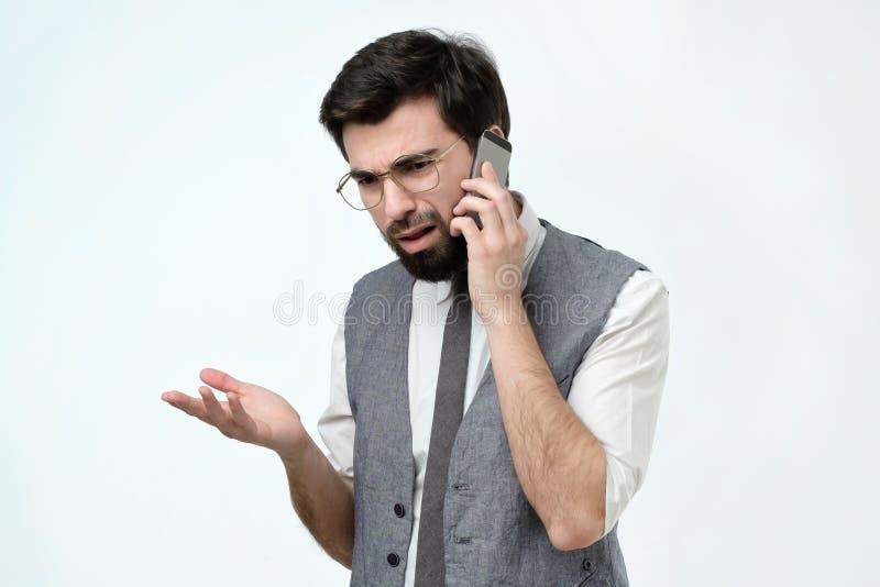 恼怒的西班牙人谈话在电话 免版税库存照片