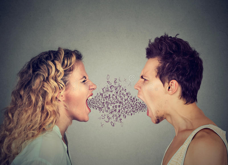 恼怒的从嘴出来的夫妇叫喊的字母表信件 库存照片