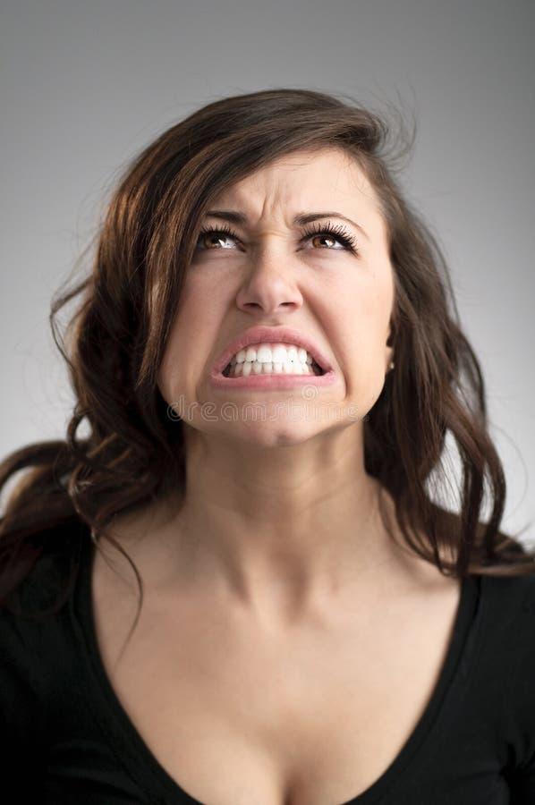 恼怒的年轻白种人妇女画象 库存图片