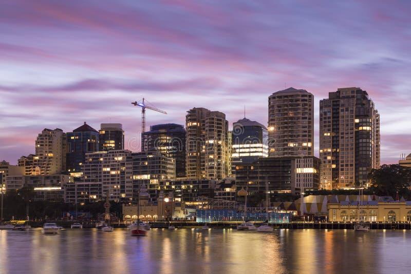 悉尼在太阳上升期间的市大厦 库存图片