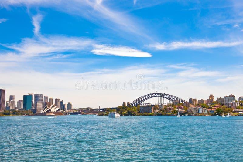 悉尼地平线有歌剧院和港口桥梁的 库存照片