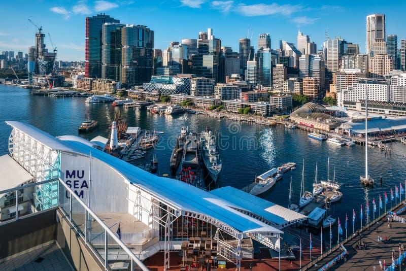 悉尼地平线看法从亲爱的港口的有froeground的海博物馆的 库存照片