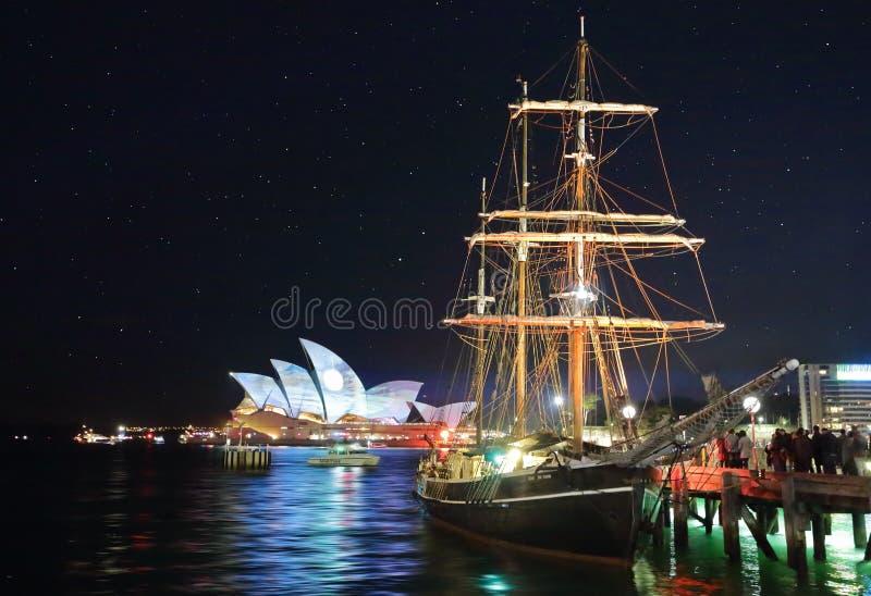 悉尼歌剧院和南部的天鹅在'生动的悉尼Festiv期间 图库摄影