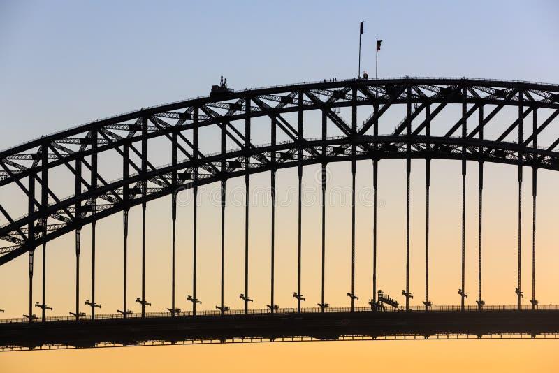 悉尼港桥剪影,与登山人 库存照片