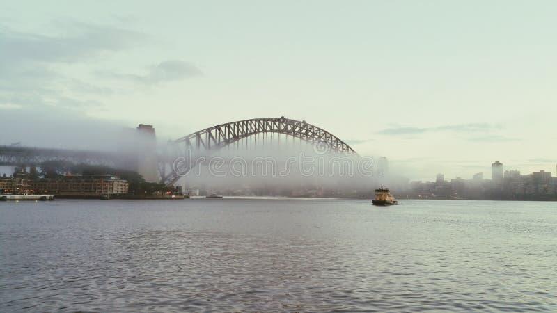 悉尼港桥,悉尼,有雾的天气,环形码头 免版税图库摄影