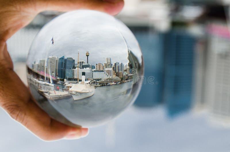 悉尼澳大利亚都市风景在清楚的水晶玻璃球的视图摄影 图库摄影