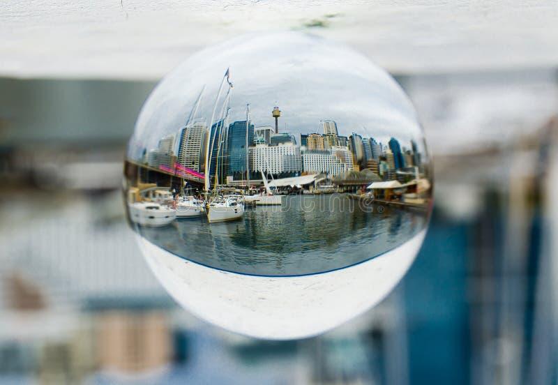 悉尼澳大利亚都市风景在清楚的水晶玻璃球的视图摄影 免版税库存照片