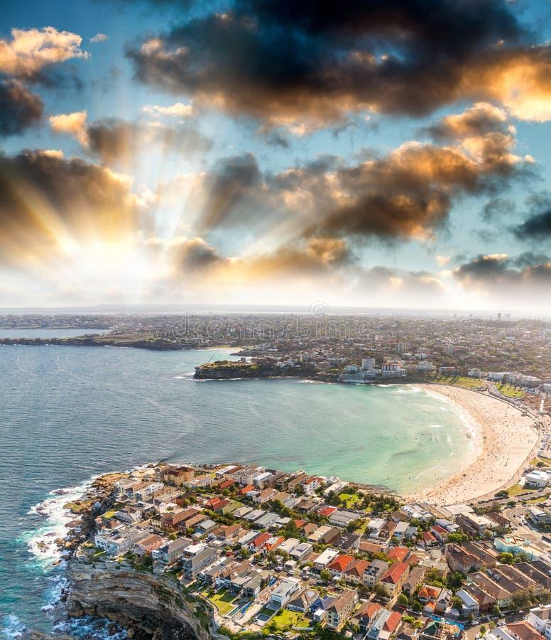 悉尼邦迪滩 从直升机的日落鸟瞰图 免版税图库摄影