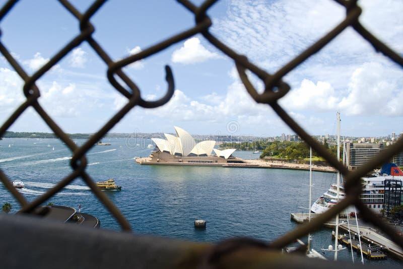 悉尼,澳大利亚-不锈钢格子港口桥梁篱芭有悉尼歌剧院背景 r 库存照片