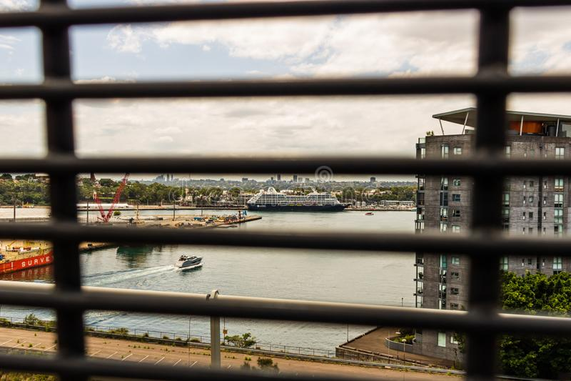 悉尼,澳大利亚- 2019年 精品店在悉尼港口靠码头的巡航划线员 从安扎克桥梁的照片 图库摄影