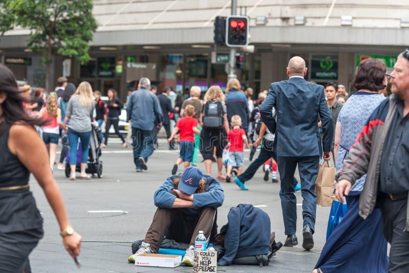 悉尼,澳大利亚- 2014年11月12日:无家可归的人在悉尼,澳大利亚 接近乔治和德鲁伊特连接点的城镇厅, 库存照片