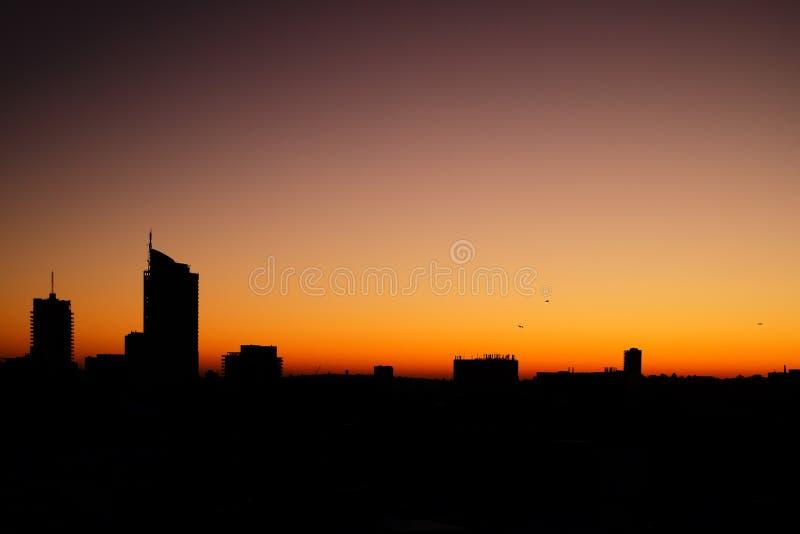 悉尼,澳大利亚- 2015年9月12日-早晨从其中一栋采取的日出视图Darlinghurst公寓 免版税库存照片