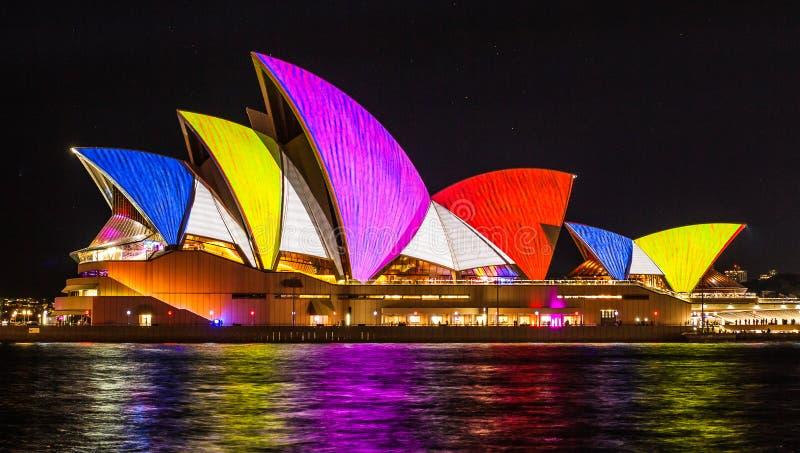 悉尼,澳大利亚- 5月27,2016 :悉尼歌剧院航行l图片