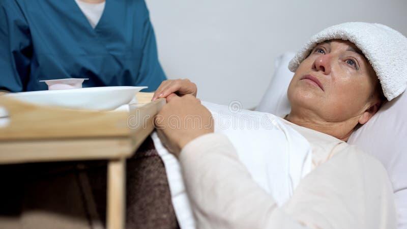 患绝症的女性患者拒绝从膳食,哀伤的妇女痛苦疾病 图库摄影