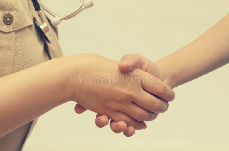 患者与医生握手 免版税图库摄影