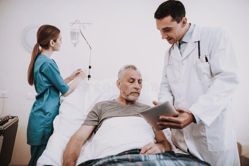 患者医生Nurse和在医院 医生帮助 免版税库存照片