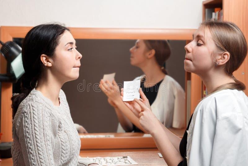 患者和医生参与讲话的清楚的发音 图库摄影