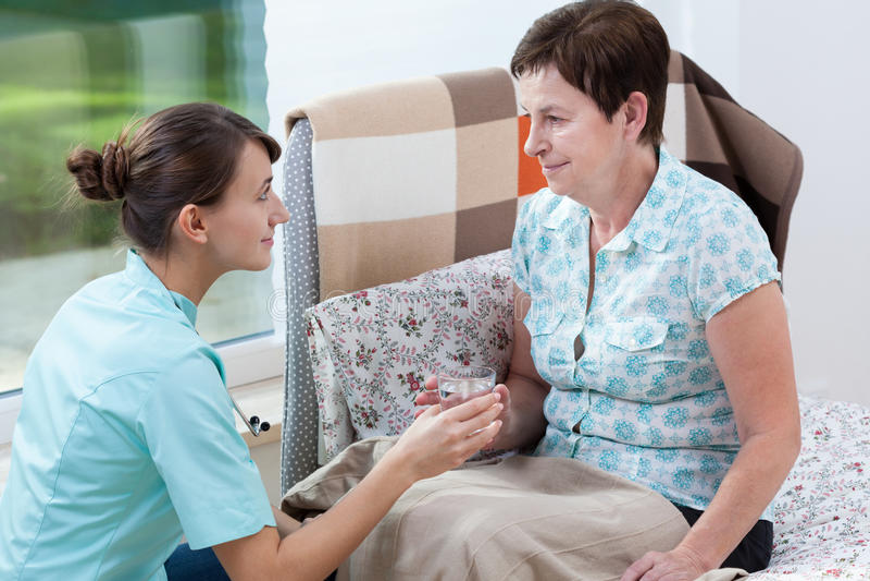 患者和杯水 库存图片