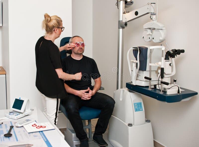 患者在眼睛检查的验光师办公室 免版税库存图片