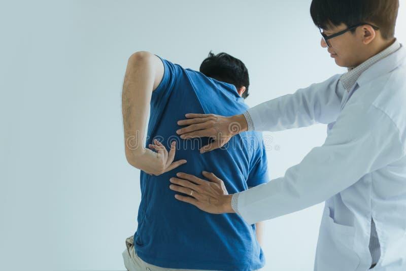 患者指向肌肉痛提供给理疗师检查的点 免版税库存图片