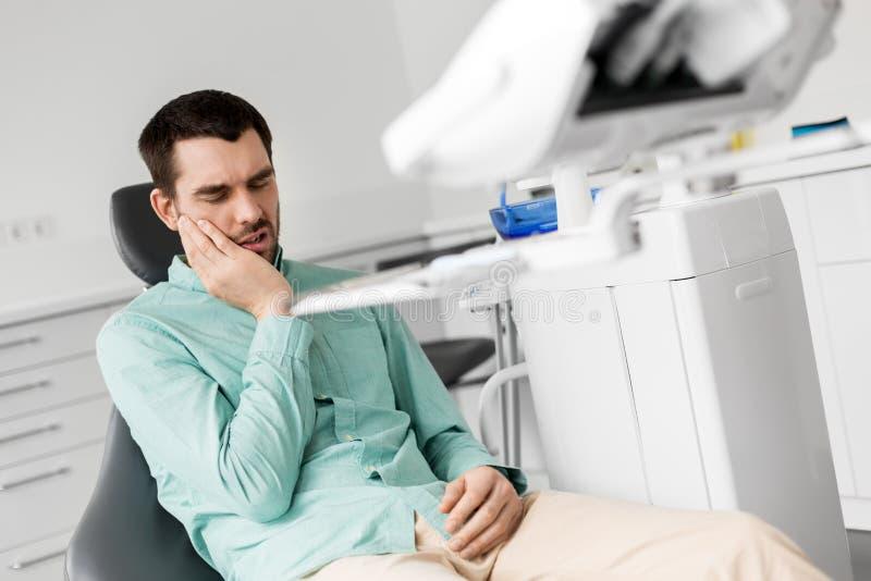 患者有牙痛在牙齿诊所办公室 免版税库存照片