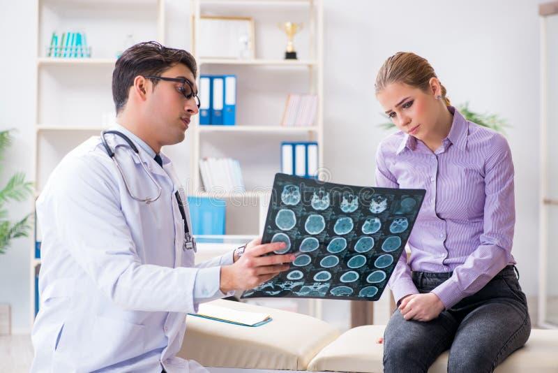 患者的医生审查的X-射线图象 免版税库存照片