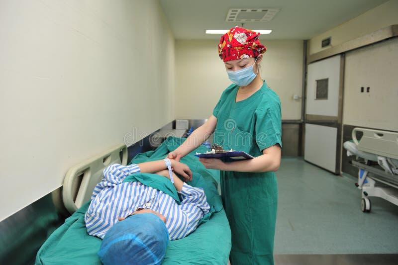 患者的护士观察 免版税库存照片
