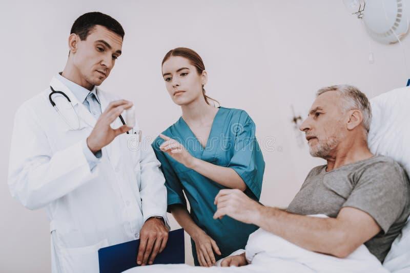 患者的疗法诊所的 ged人谎言 免版税图库摄影